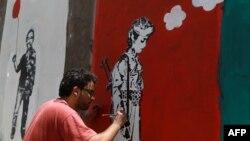 Un artiste yéménite et sa contribution à la campagne contre le recrutement d'enfants soldats par les milices tribales, Sana'a, le 10 avril 2014.