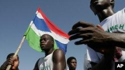 De jeunes gambiens célèbrent avec le drapeau de leur pays au bord de la plage à Banjul, Gambie, 23 2006