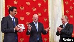 Эмир Катара Шейх Тамим бин Хамад, президент ФИФА Джанни Инфантино и президент РФ Владимир Путин на церемонии передачи полномочий на проведение ЧМ 2022 г.