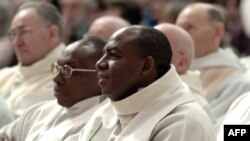 Wenceslas Munyeshyaka, prêtre coopérateur à Gisors et ancien prêtre de la paroisse Sainte-Famille de Kigali entre 1992 et 1994 assiste, à la fête du peuple de dieu d'Evreux, le 29 janvier 2006.