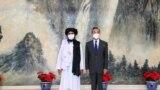 中国国务委员兼外交部长王毅于 2021 年 7 月 28 日在中国天津会见阿富汗塔利班政治首脑毛拉阿卜杜勒加尼巴拉达尔。新华社经由路透社