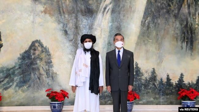 2021年7月28日中国外长王毅在天津会见塔利班政治首脑毛拉·巴拉达尔(路透社)