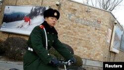 지난해 12월 베이징 주재 캐나다 대사관 앞을 자전거를 탄 중국공안이 지나가고 있다.
