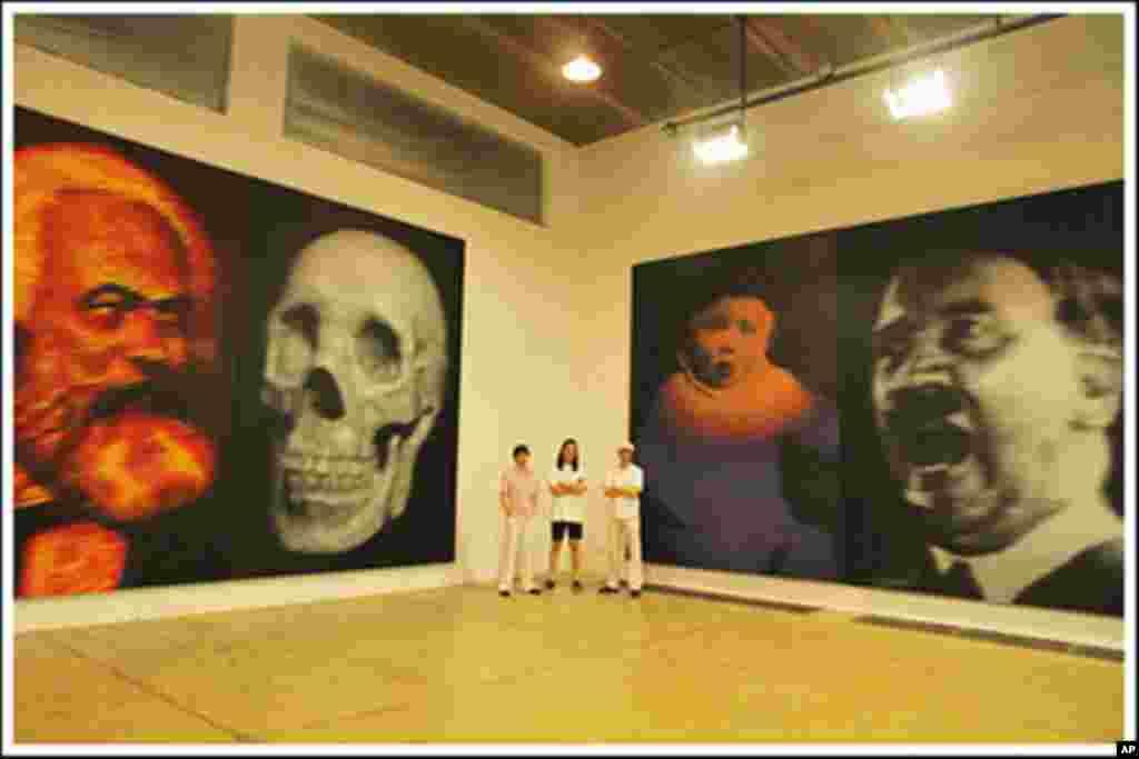 中国画家高氏兄弟画的马克思和骷髅的双肖像,象征二十世纪共产主义给人类带来的死亡和奴役。肖像旁边有希特勒像。