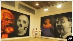 中国画家高氏兄弟画的马克思和骷髅的双肖像,象征二十世纪共产主义给人类带来的死亡和奴役