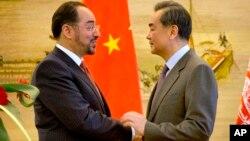 Ngoại trưởng Afghanistan Salahuddin Rabbani (trái) và Bộ trưởng Ngoại giao Trung Quốc Vương Nghị (phải) bắt tay sau cuộc họp báo chung tại Bộ Ngoại giao ở Bắc Kinh, ngày 26 tháng 1 năm 2016.