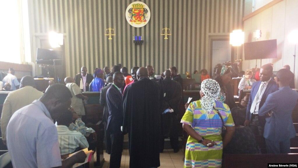 Fin de la première audience du procès Mokoko à Brazzaville, le 7 mai 2018. (VOA/Arsène Séverin)