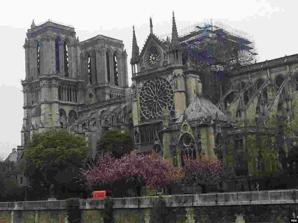 اختصاصی صدای آمریکا | کلیسای نوتردام یک روز پس از آتش سوزی مهیب؛ مهار آتش سوزی تا نیمه شب طول کشید و بخشهای زیادی از این کلیسای مشهور در آتش سوخت.