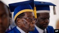 Presiden Zimbabwe Robert Mugabe setelah menghadiri upacara wisuda di Universitas Terbuka Zimbabwe di luar Harare, Zimbabwe, 17 November 2017.