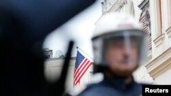 ARHIVA - Austrijski policajac ispred američke ambasade u Beču