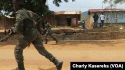 Les Fardc sur la cité de Nyakakoma, le 9 juin 2017. (VOA/Charly Kasereka)