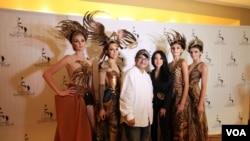 Diana Couture bersama Produser VOA, Naratama (VOA/Naratama)