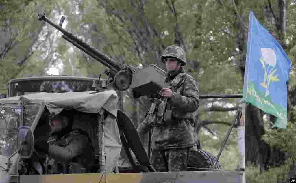 Yüzlərlə silahlı separatçı Ukraynanın şərq sərhədlərindəki hərbiçilərə hücum edir - Slabyansk, 2 iyun, 2014