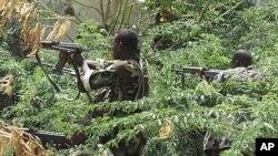 Vikosi vya Somalia msituni vikijiandaa kupambana na kundi la kigaidi la al-Shabaab katika kitongoji cha soko la Bakara, Mogadishu, Mei 22, 2011.
