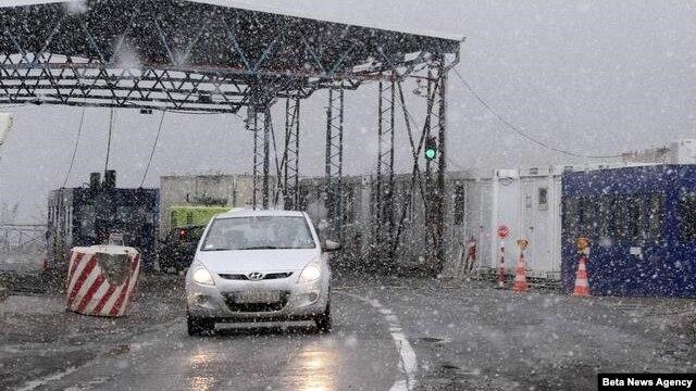 Vozila čekaju da predju administrativni prelaz Jarinje koji se nalazi na kosovskoj strani i pod kontrolom je Euleksa.