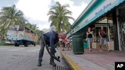 지난 8월 미국 플로리다주 마이애미비치에서 보건 관계자가 모기 방제작업을 하고 있다. (자료사진)