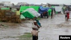 Các cơ quan cứu trợ và nhân quyền quốc tế cảnh báo rằng các trại ở bang Rakhine không được xây dựng để ứng phó với bão tố thường đến trong mùa mưa.