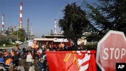 مسدود نمودن راه میدان هوایی توسط مظاهره کننده گان فرانسوی