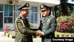 General Pol Saroeun, commander-in-chief of the Royal Cambodian Armed Forces, left, shakes hands with General Thanchaiyan Srisuwa, chief of defense forces of the Royal Thai Armed Forces, right, in Phnom Penh, Cambodia, June 22, 2018. (Courtesy of Gen. Pol Saroeun's Facebook page)