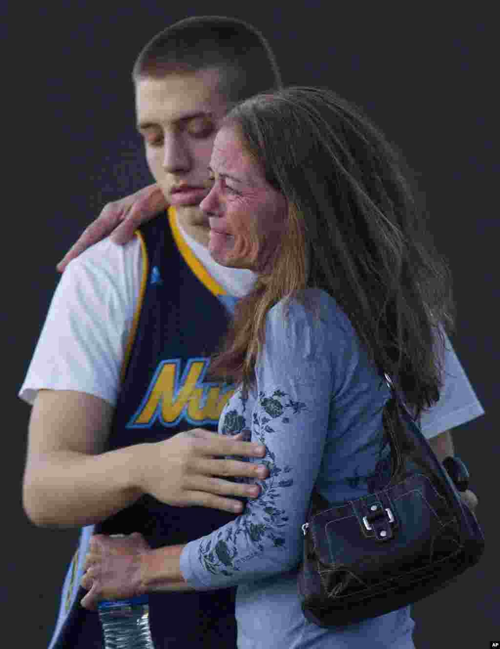 Jacob Stevens an ủi mẹ anh, bà Tammi Stevens, nhân chứng trong vụ nổ súng, sau khi được cảnh sát thẩm vấn.