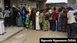 Rang des votants au centre de l'Angola libre à Bacongo, à Brazzaville, le 16 juillet 2017. (VOA/Ngouela Ngoussou)