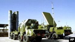 Sistem pertahanan udara mutakhir dengan sistem misil anti-pesawat terbang S-300, dipamerkan di sebuah lokasi yang dirahasiakan di Rusia (Foto: dok).