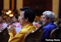 25일 라오스 비엔티안 돈찬팰리스 호텔에서 열린 아세안 지역안보 포럼, ARF 환영만찬에서 존 케리 미 국무부 장관(오른쪽)과 윤병세 한국 외교장관이 나란히 앉아 공연을 관람하고 있다.
