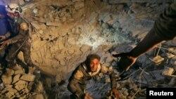 지난 12월 11일 공습을 받은 시리아 이들리브 지역에서 민병대원이 탈출하고 있다. (자료사진)