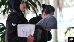 被告印尼人茜蒂艾莎2018年6月27日被带到马来西亚高等法院(美联社)
