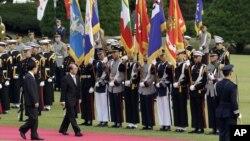 Tổng thống Miến Điện Thein Sein duyệt hàng quân danh dự và được trẻ em vẫy cờ chào đón tại dinh tổng thống Hàn Quốc, ngày 9/10/2012