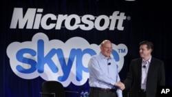 Steve Ballmer de Microsoft (izquierda) y Tony Bates de Skype sellan el trato.