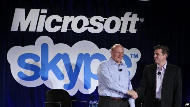 El presidente de Microsoft, Steve Ballmer, izquierda saluda al presidente de Skype, Tony Bates durante el anuncio de la adquisición del sistema Skype por el gigante de los software, en mayo de 2011.