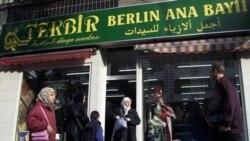 یک زن در برلین، از یک فروشگاه ترکی لباس خارج می شود. مهاجران ترک در آلمان، بزرگترین جامعه مهاجران در این کشور را تشکیل می دهند
