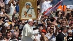 Папа римский Франциск перед портретом матери Терезы в конце церемонии канонизации католической монахини на площади Святого Петра в Ватикане. 4 сентября 2016 г.