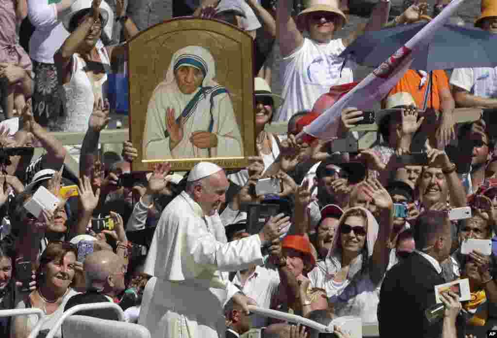 کیتھولک مسیحیوں کے روحانی پیشوا پوپ فرانسس نے ویٹیکن میں منعقدہ ایک تقریب میں مدر ٹریسا کو سینٹ قرار دینے کا اعلان کیا۔