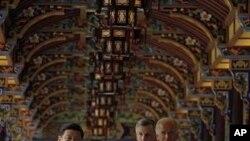 美国副总统拜登(右)8月21日在中国国家副主席习近平的陪同下参观都江堰的南桥
