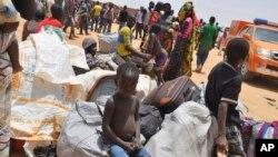 Para pengungsi Nigeria yang dideportasi oleh pasukan Niger tiba di Gaidam, Nigeria (6/5). (AP Photo/Jossy Ola)