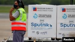 Các container chứa vaccine Sputnik V chống virus corona của Nga tại sân bay Buenos Aires ở Argentina hôm 28/1. Việt Nam vừa phê duyệt khẩn cấp loại vaccine này cho việc tiêm chủng trong nước.