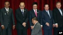 东盟各国外长等待缅甸外长吴温纳貌伦一起合影(4月2日)。