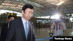 윤병세 한국 외교부 장관이 아세안지역안보포럼(ARF)을 비롯한 아세안 연례 장관회의 참석차 7일 인천공항을 통해 미얀마로 출국하고 있다.