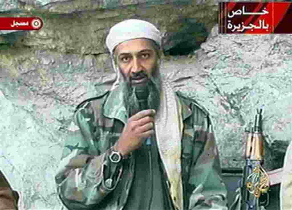 Esta imagen tomada de la transmisión de un video el 7 de octubre de 2001 muestra Osama bin Laden en un lugar no revelado.