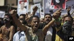 Yemeni protesters chant slogans during a demonstration demanding the resignation of Yemen's president Ali Abdullah Saleh, in Sana'a, Yemen, September 28, 2011.