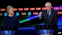 El debate demócrata del domingo se realizó en Flint, Michigan, donde el martes se realizan las elecciones primarias.