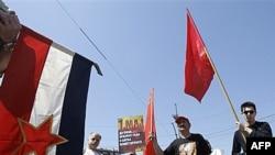 Predstavnici Udruženog sindikata Sloga, Novog sindikata zdravstva i Policijskog sindikata, kojima su se pridružili pripadnici SKOJ-a i Narodne komunističke partije Jugoslavije protestovali danas u centru Beograda, 1. maj 2012.