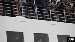 Судно с эвакуированными из осажденного ливийского города Мисурата направляется в порт Бенгази. 5 мая 2011 года