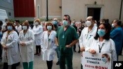 Petugas medis melakukan protes atas lonjakan kasus Covid-19 di Athena, Yunani, Kamis (12/11).