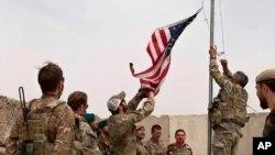 Ibendera rya America rimanurwa mu birori vyo gushikiriza ikambi ya Anthonic, mu ntara ya Helmand mu bumanuko bwa Afuganistani, kw'itariki ya 2/05/2021.