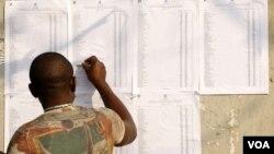 Eleitor angolano procura o seu nome nas listas oficiais