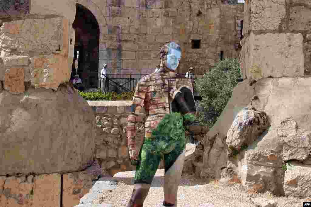 Qüds - İsraillı model Davud Məqbərəsi qarşısında