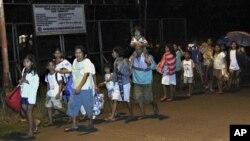 菲律宾村民在海啸警报解除后返回家园
